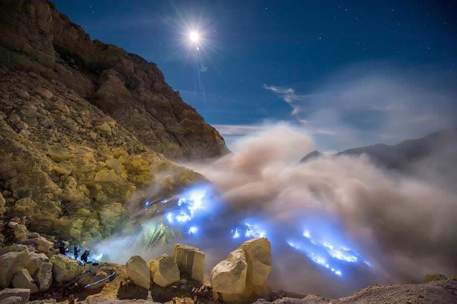 Вулкан с синей лавой.