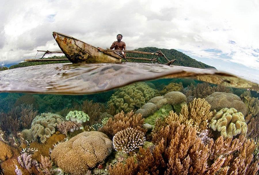 Индонезиец плывет на лодке.