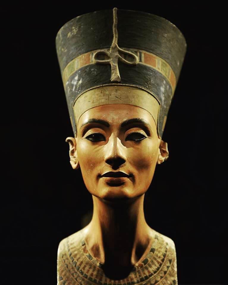 Голова Нефертити (1345 год до н.э.).