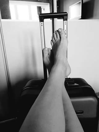 Женские ноги на чемодане.