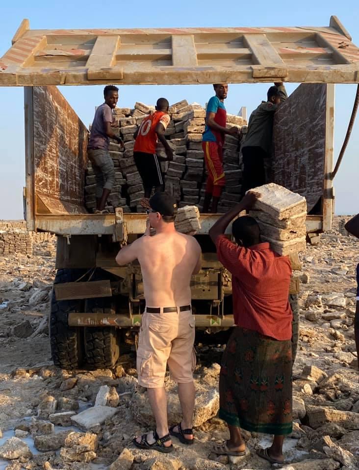 Погрузка соли в Эфиопии
